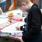 Eleverne fra 5. A og 5. B på Charlotteskolen arbejder koncentreret med deres ideer til legeaktiviteter og væresteder i Charlottekvarteret.